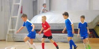 9 éves fiatal labdarúgók a pályán