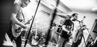 Hatalmas buli- igen nagy tömeg a Fröccsben a Hiperkarma koncerten