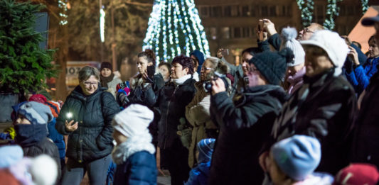 A gyerekek szavára felgyúltak a fények Kiskőrös város karácsonyfáján