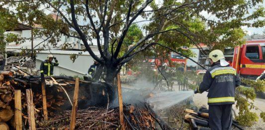 Tűzifa égett egy kiskőrösi ház hátsó udvarában