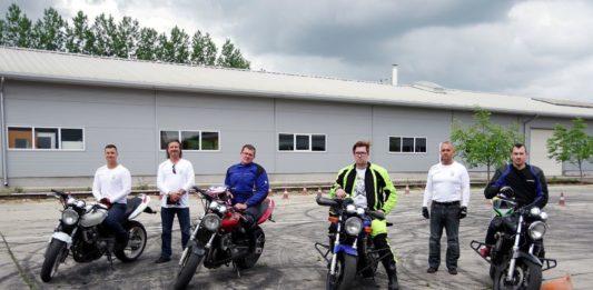 Motoros vezetéstechnikai gyakorlat Kiskőrösön: ehhez bukócső is kellett a járművekre