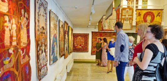 """Keceli """"fonalakkal festett"""" faliképek, a halasi múzeumban B. Boros Ilona kiállításán"""