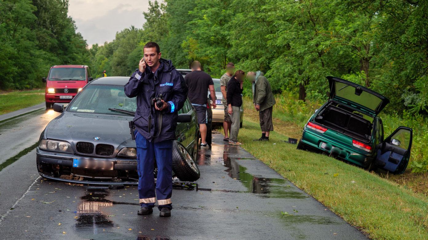 Összeütközött két személyautó a szakadó esőben Kiskőrös és Akasztó között