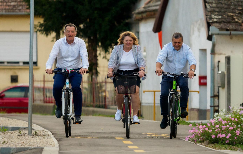 Átadták az új kerékpárutat Császártöltésen
