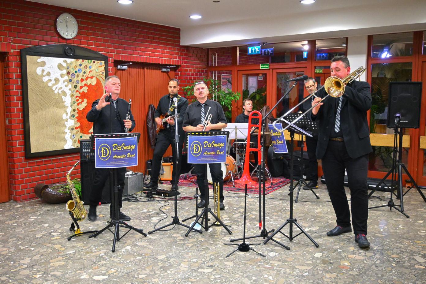 A Keceli TérZene Koncertsorozat előadója, a DixImage Acoustic Band volt