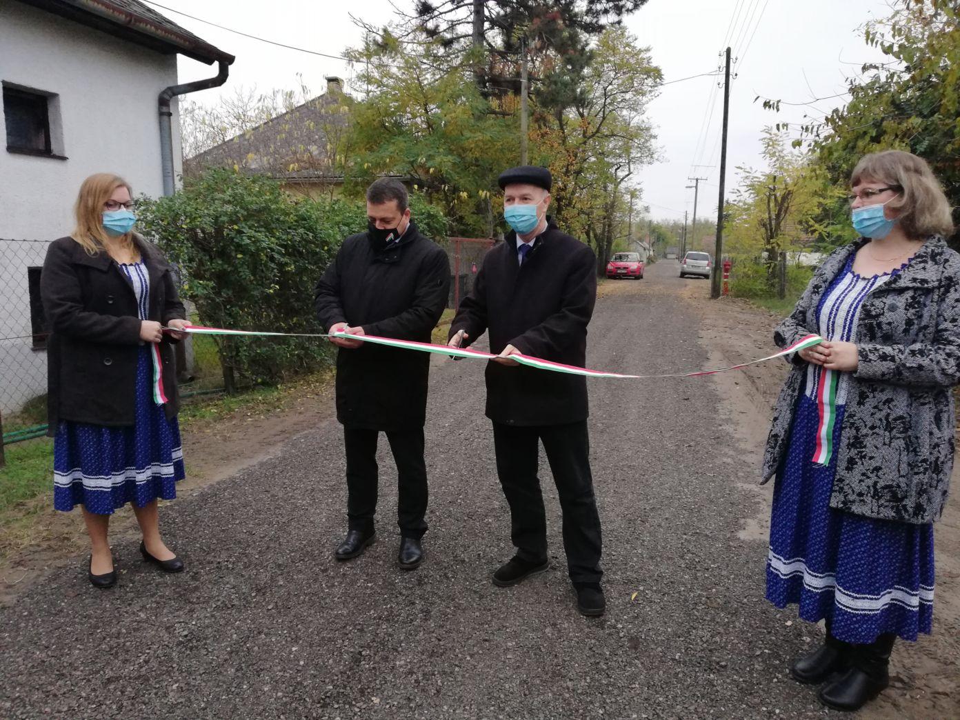 Felújított utat adtak át Tázlár-Felsőtelepen