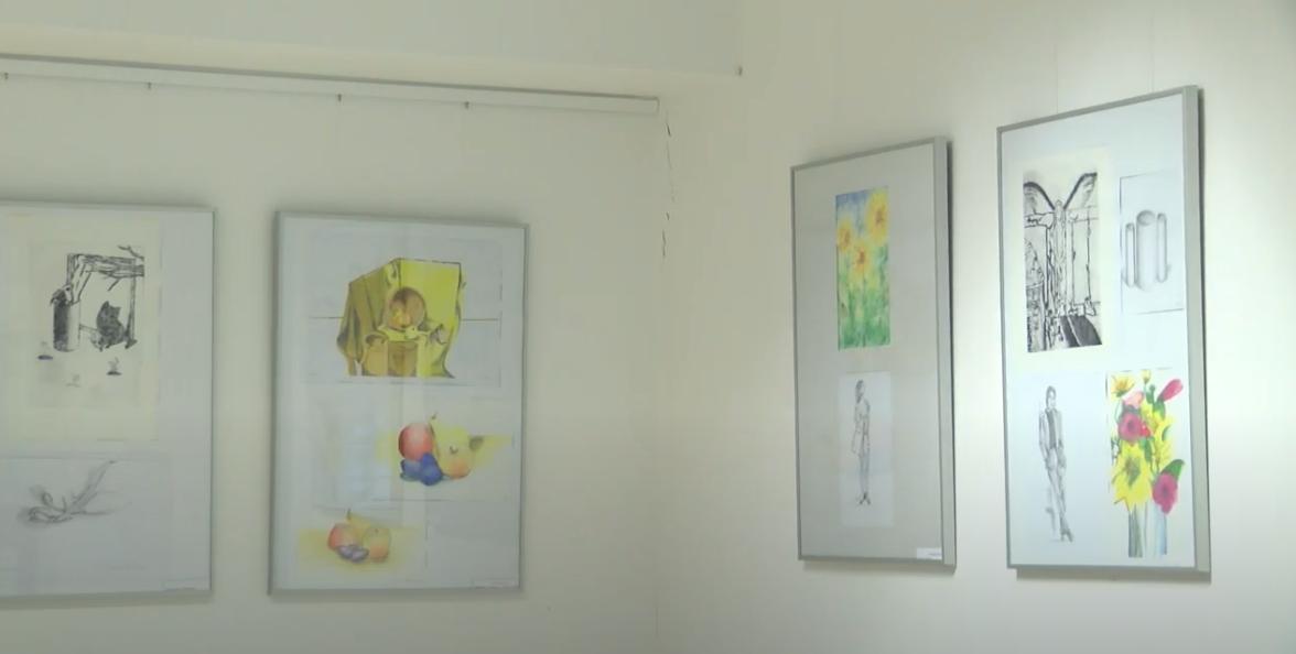 Felnőtt helyi alkotók munkáiból nyílt tárlat a művészeti iskolában
