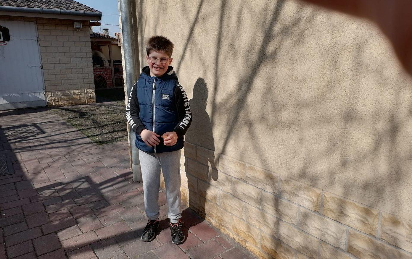"""""""Elsődleges célunk az, hogy Dávid minél önállóbb és teljesebb életet élhessen"""" – beszélgetés egy autista kisfiút nevelő édesanyával"""