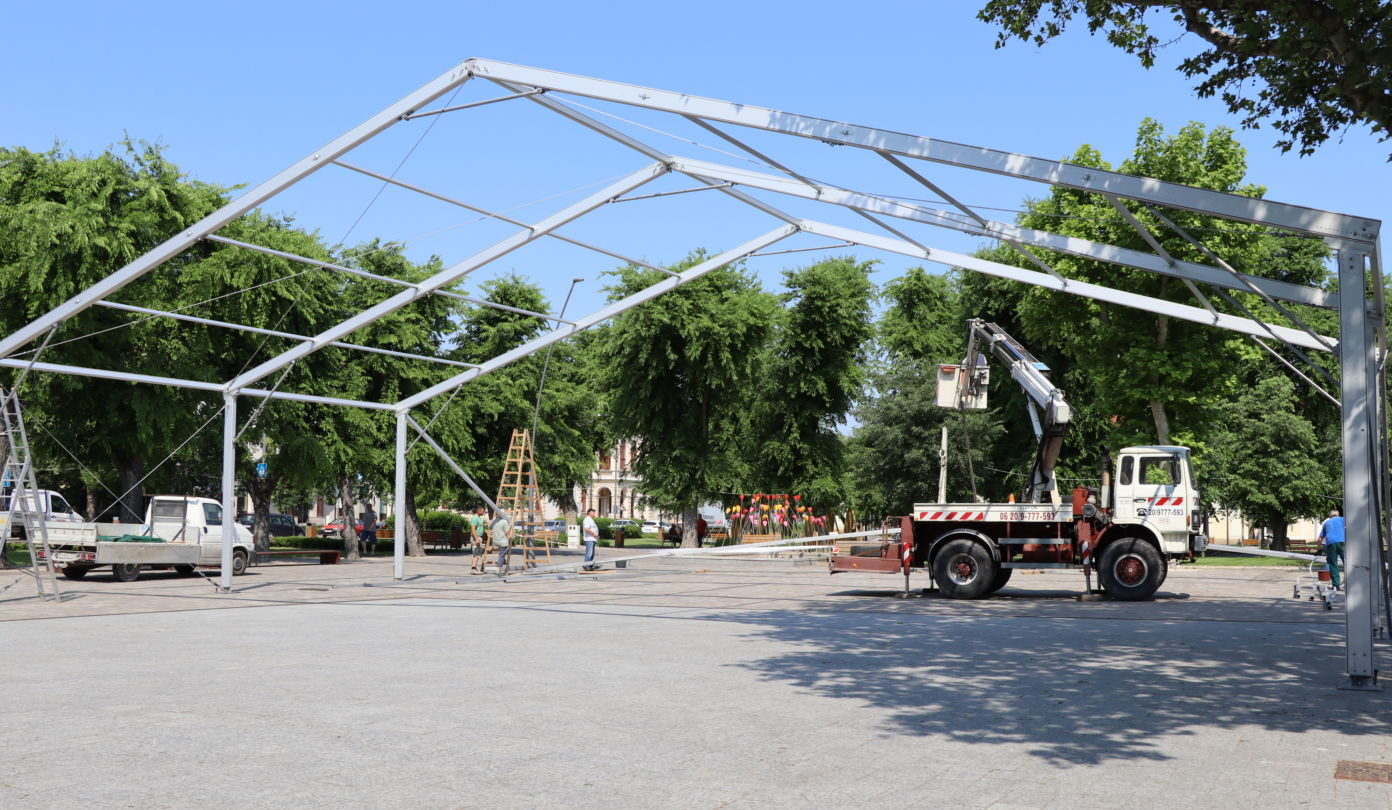 EB szurkolói sátor épült Kiskőrös főterén